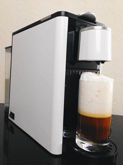 Premium Kaffeekapselmaschine mit integriertem Milchschaumsystem auf dem Blog Label Love