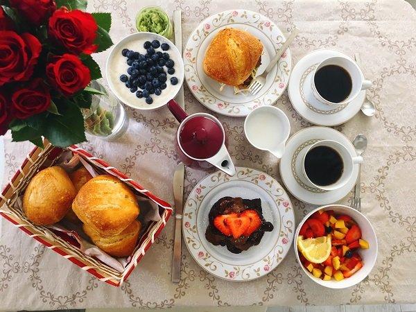 Veganer Bruch mit der wunderschönen Horizont-Linie mit romantischen Rosen von Friesland Porzellan