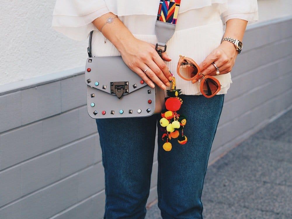 Heute trage ich einen Sommer-Look mit Jeans und Bluse von Edited, Plateau Espadrilles von Miu Miu und einer stylischen Tasche mit Gitarrengurt