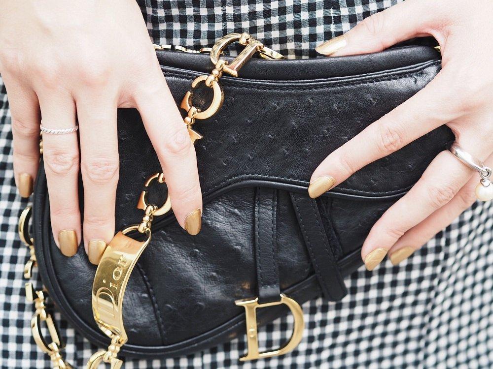 Heute zeige ich euch ein OOTD mit apartem Gingham Muster Rock und Dior Saddlebag und erzähle euch ein wenig von der Modegeschichte des Vichy Musters