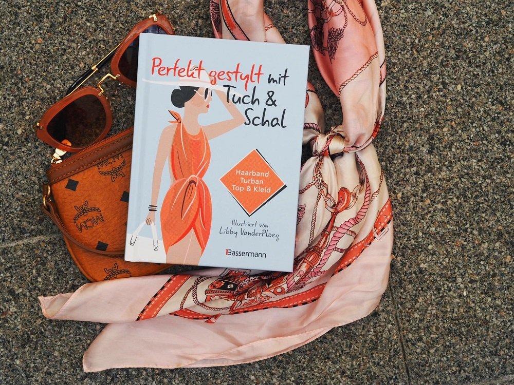 """Heute zeige ich euch auf meinem Blog einen Pink Lady-Outfit mit süßem Dainty Paris Kleid und stelle das Buch """"Perfekt gestylt mit Tuch & Schal"""" näher vor"""