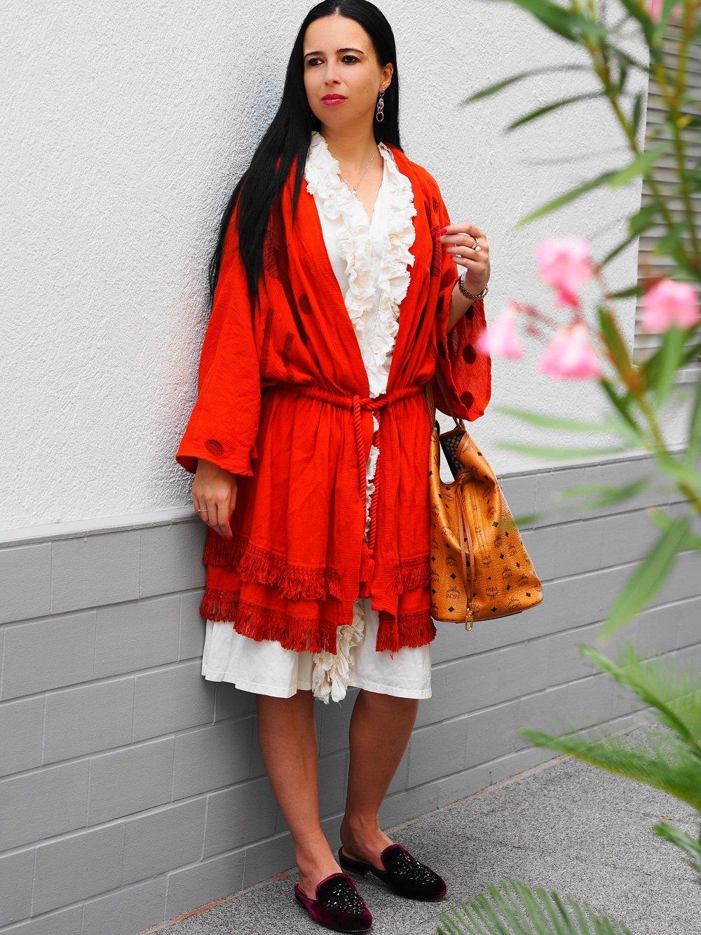Heute zeige ich euch meinen roten Kimono von Edited-the label auf dem Blog, den ich zu einem süßen weißen Seidenkleid mit Rüschenverzierung kombiniert habe