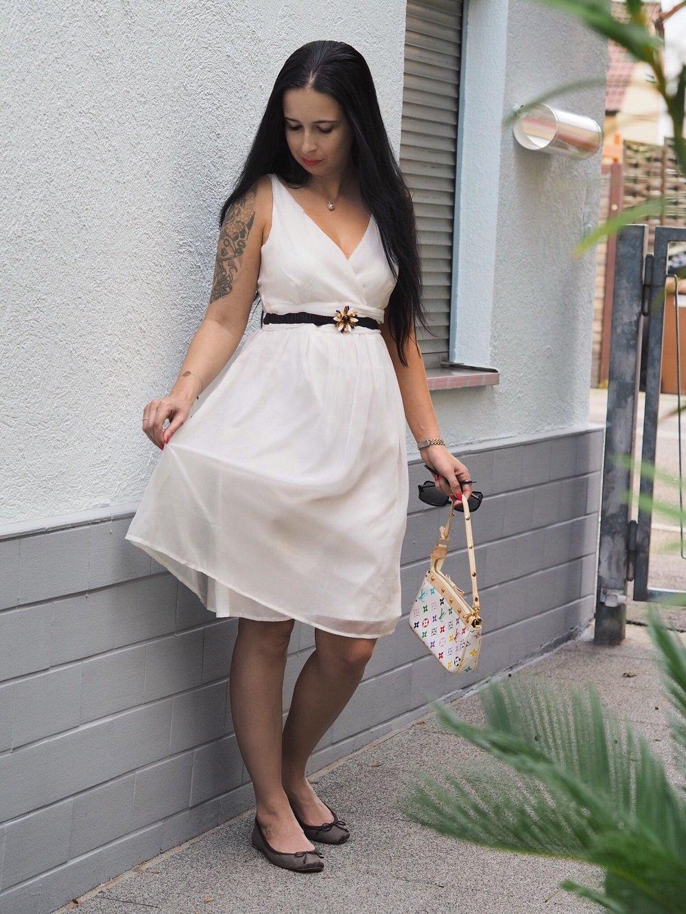 Heute zeige ich euch ein OOTD mit weißem Marilyn Monroe Kleid, Miu Miu Gürtel, Louis Vuitton Pochette und Christian Louboutin Ballerinas auf dem Blog