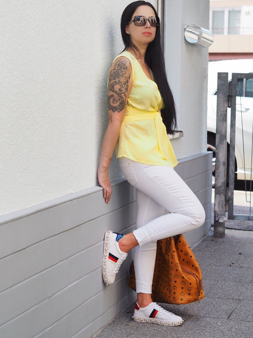 Heute zeige ich euch ein OOTD mit gelber Edited Bluse, Zara Jeans, Gucci Sneakern und MCM Shopper und bringe euch die Geschichte des Taschenlabels MCM näher