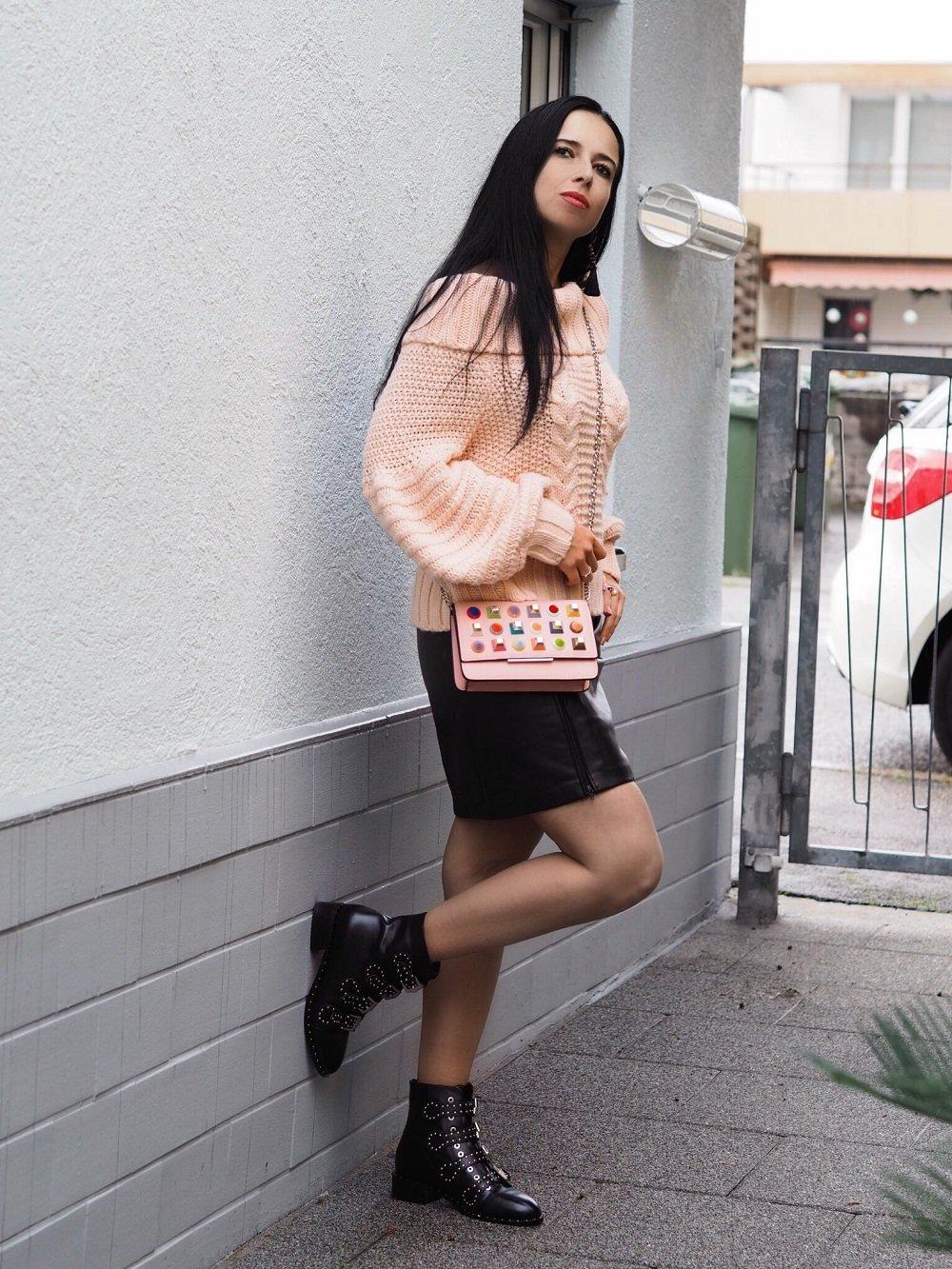 Heute zeige ich euch einen Herbstlook mit Lederleggings oder Lederrock, XXL Grobstrick Pullover, Fendi Rainbow Stud Clutch und Givenchy Boots