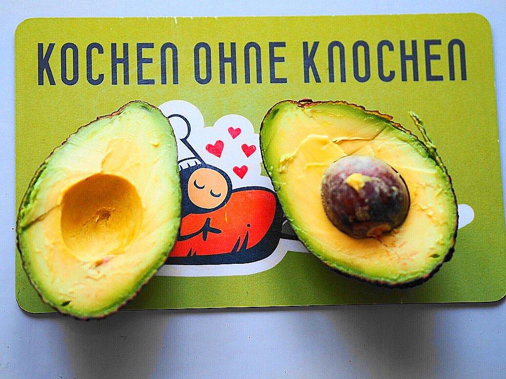 Heute zeige ich euch auf meinem Blog ein Rezept für einen veganen Käse-Guacamole-Dip mit Avocado für Taco Chips und erzähle euch ein wenig über die gesunde Frucht