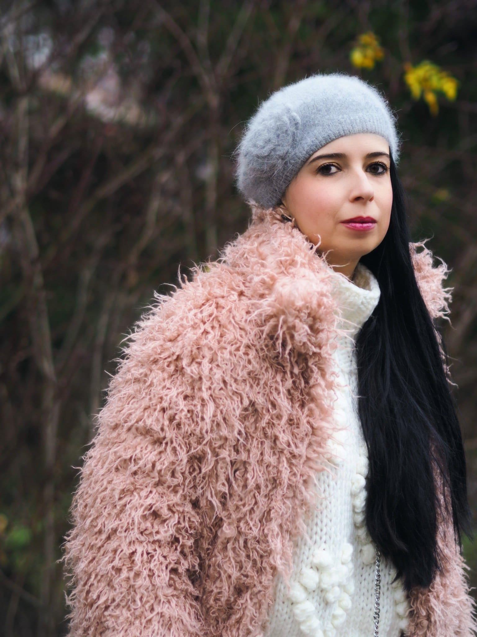 Heute zeige ich euch auf meinem Blog, dass der im Winter warm eingepackte Yeti-Look im XXL Oversize Mantel durchaus modisch und up to date aussehen kann