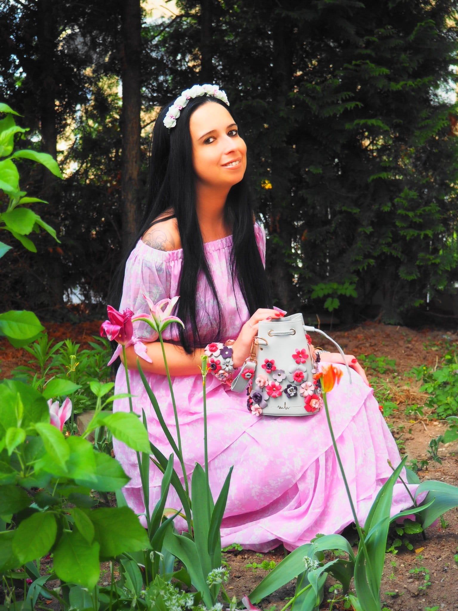 Heute möchte ich euch auf dem Blog ein frühlingshaftes Outfit of the Day mit der Kasper Flowers Bag von Marina Hoermanseder und einem top NA-KD Kleid zeigen