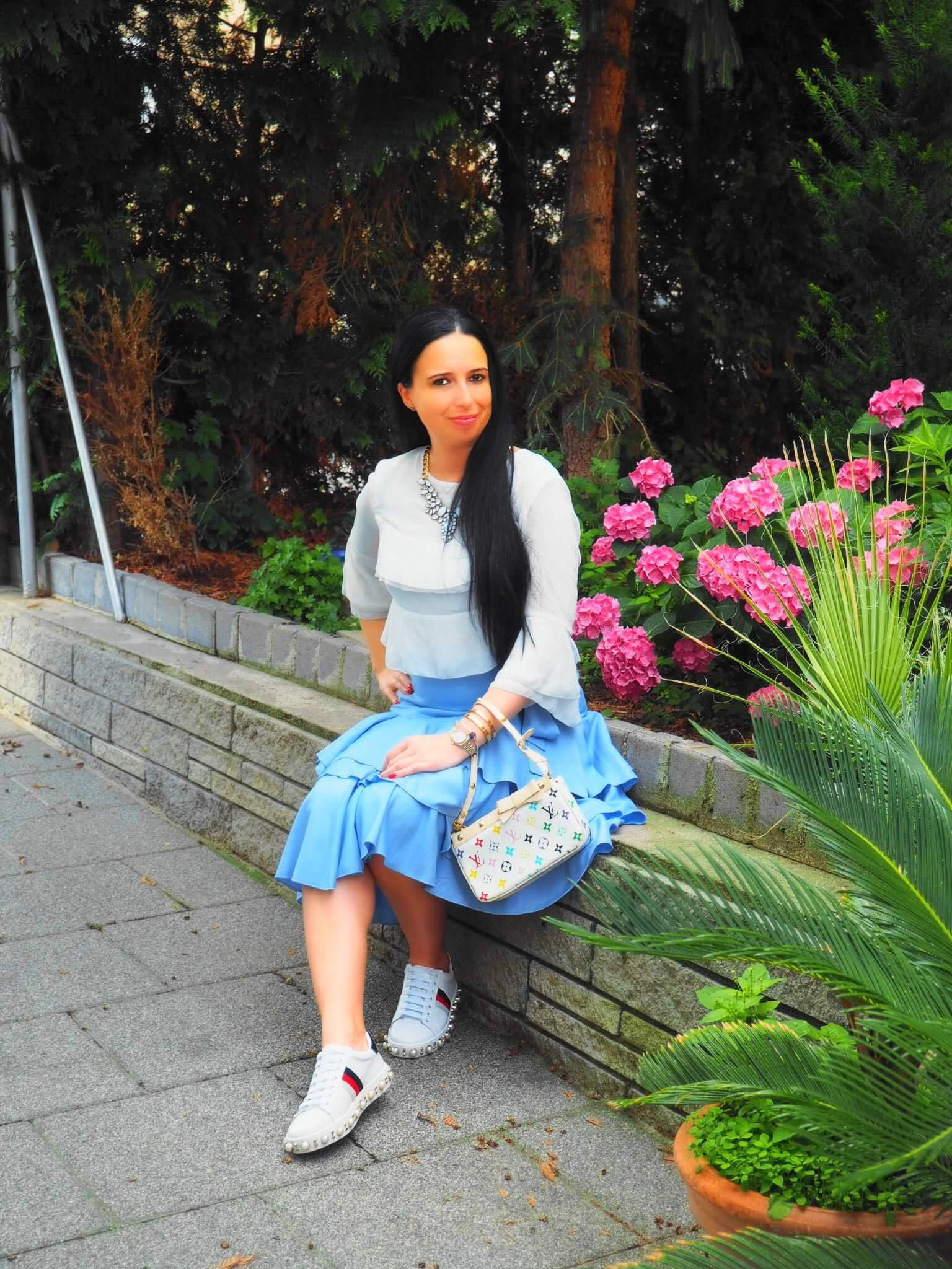 Heute zeige ich euch einen Look mit Rüschenrock von NA-KD, Bluse von Edited, Sneakers von Gucci und Statementkette von Happinessboutique auf meinem Blog