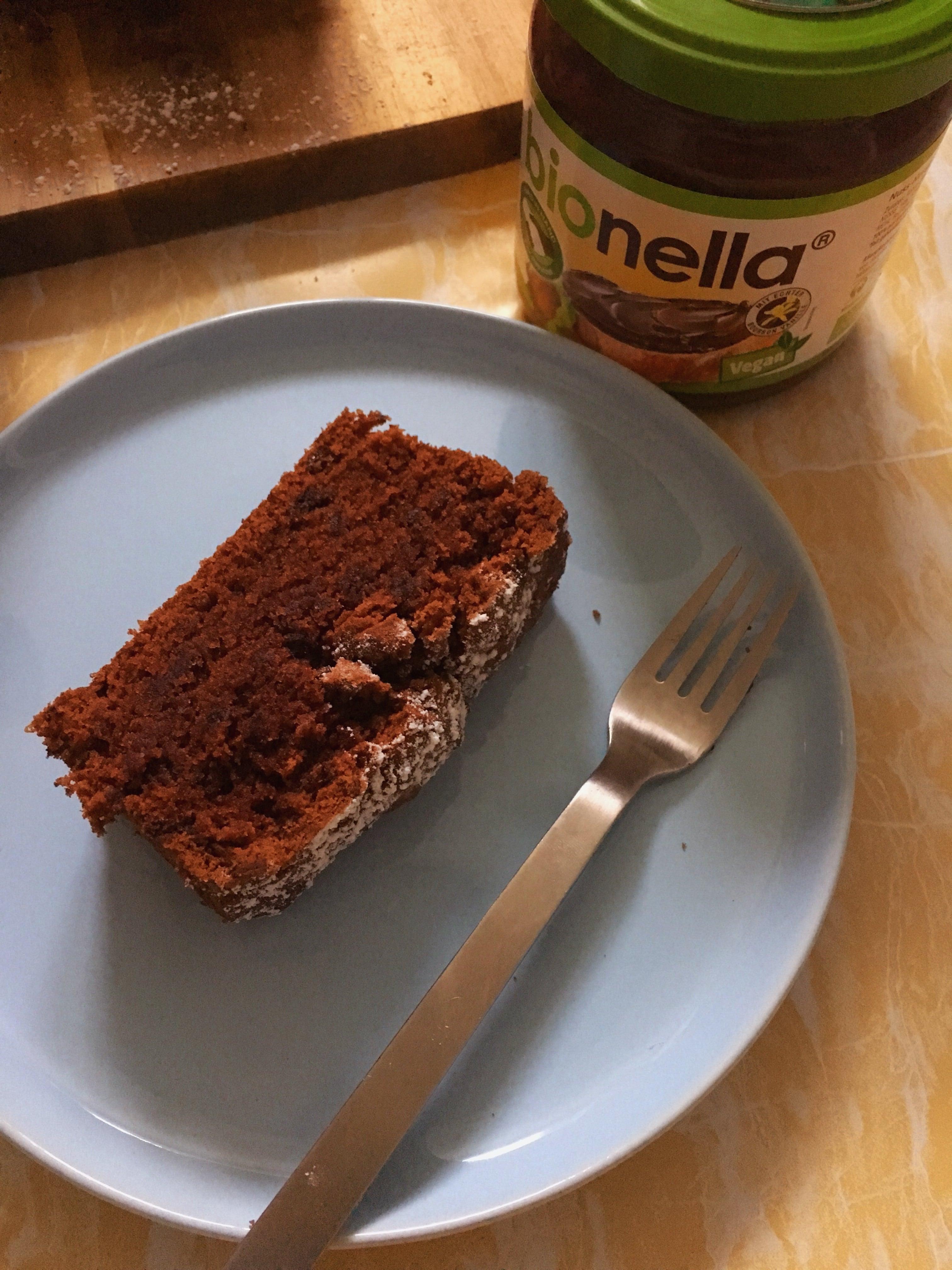Heute könnt ihr auf dem Blog ein Rezept für einen veganen bionella Schoko-Kuchen entdecken und den saftigen Kuchen aus der Kastenform im Handumdrehen backen