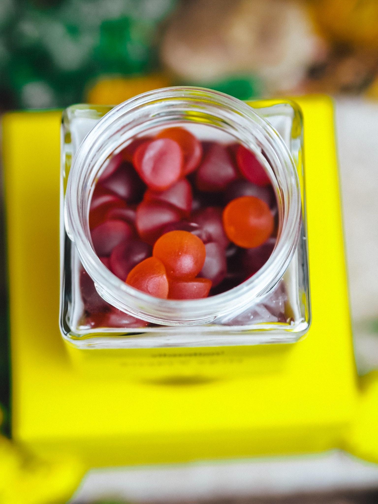 Die leckeren Fruchtgummis von vitasation SIMPLY SKIN sind hochwertig und versorgen euch mit hochwertigen Nährstoffen und Vitaminen. So macht Naschen Freude