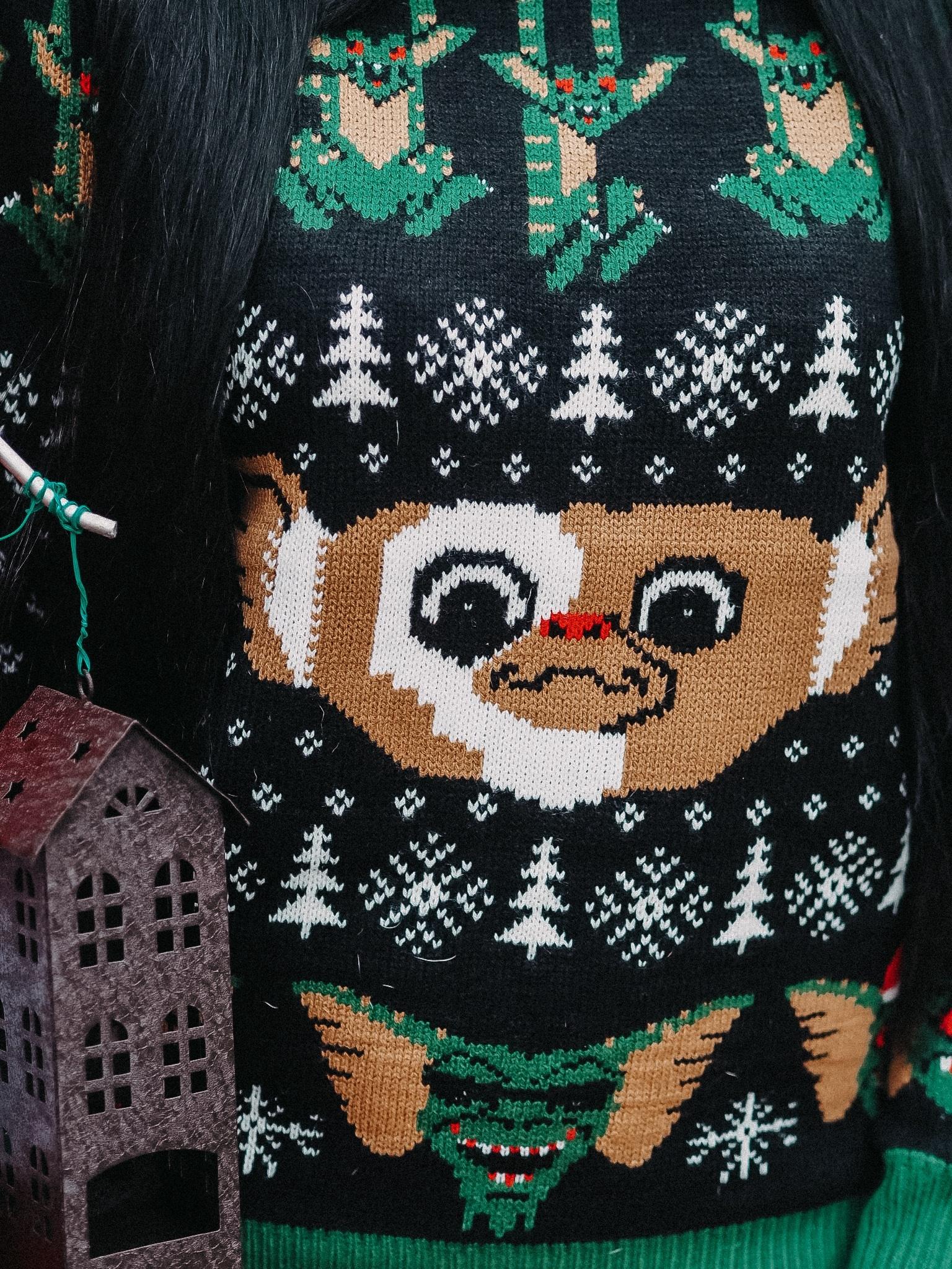 Der top Trend der kultigen Ugly Christmas Sweater erobert die Welt im Handumdrehen. heute möchte ich euch meinen Gremlins Pulli von Middle Of Beyond zeigen.