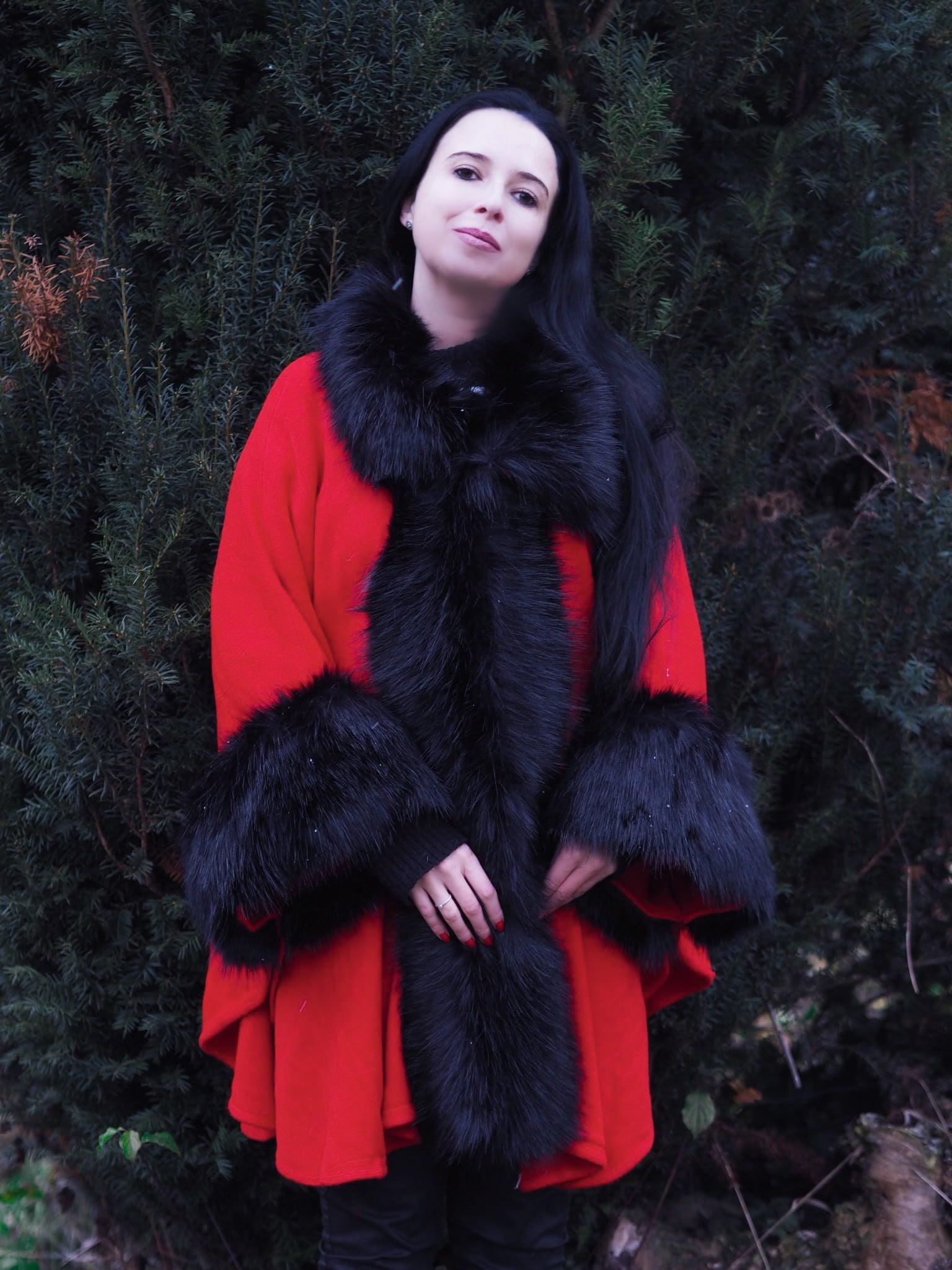 Der vegane Faux Fur Poncho von JJsHouse ist der perfekte Begleiteter für den Weihnachtsmarkt und glänzt durch luxuriöses Design und hochwertige Verarbeitung