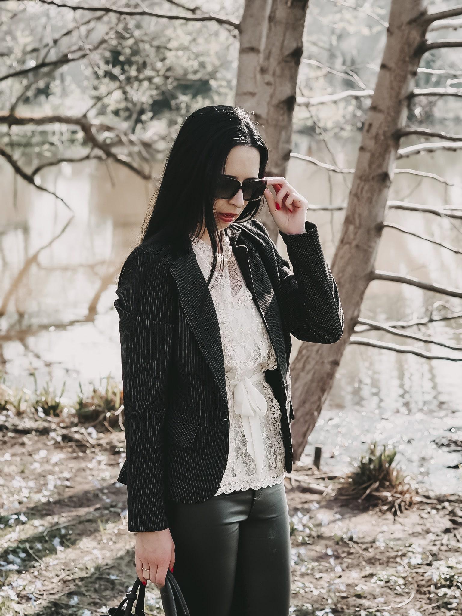 Heute zeige ich euch auf dem Blog einen romantischen Look bestehend aus Kleidung und Accessoires von Vivemaria, New Balance, L.Credi, Burberry und NA-KD.