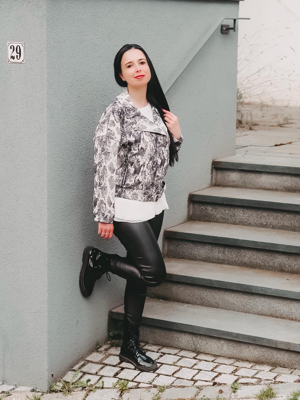 Mit meinen Casual Looks von Femmeluxefinery bin ich überall modisch und bequem gekleidet. Heute zeige ich coole Leggings, eine Biker Jacke und ein Jumpsuit.