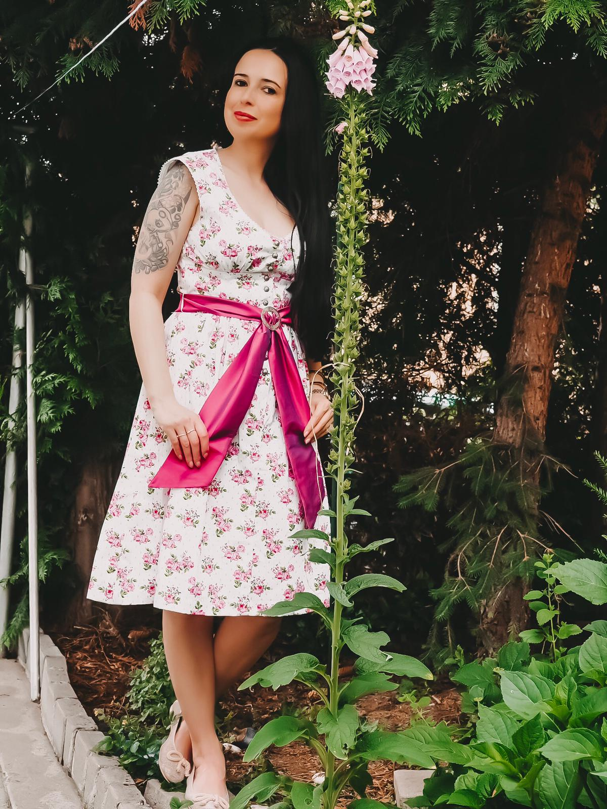 """Heute zeige ich auf dem Fashion Blog ein Dirndl zwei Styles mit Alpenclassics. Mit """"Violetta"""" kann man im Festzelt und im Alltag eine glänzende Figur machen"""