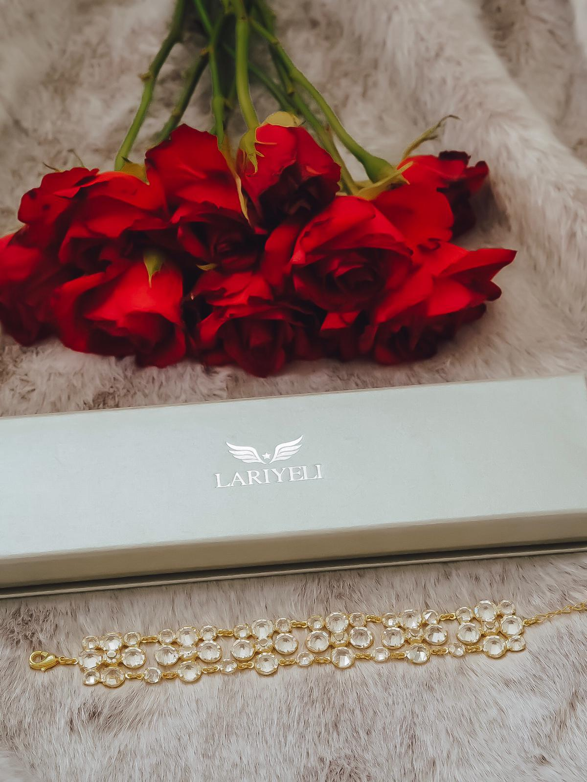 Lariyeli ist eine vegane Marke für luxuriösen Schmuck & Accessoires. Ich zeige das in Handarbeit gefertigte top Crystal Choker Armband auf dem Fashion Blog.