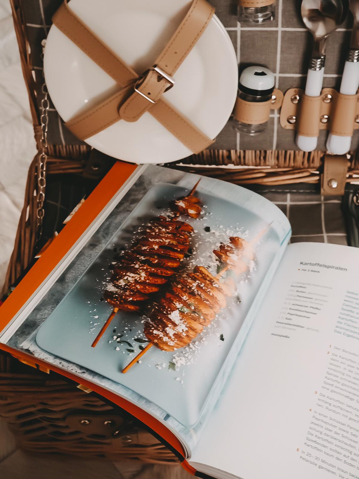 Heute zeige ich euch meine aktuellen Lieblingskochbücher ausführlich : Fast Food mit Tasty und Slowfood mit Immergrün von Mikkel Karstad auf meinem Blog.