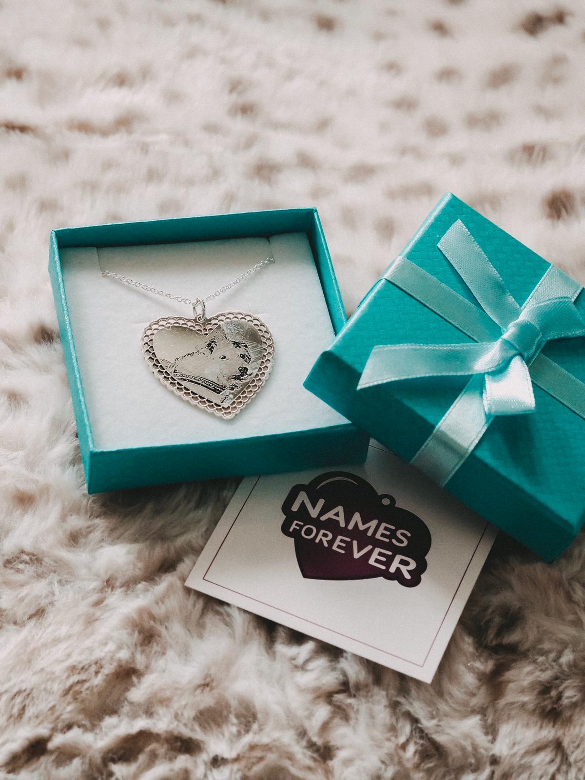 Mit dem hochwertigen Gravur Schmuck von Namesforever könnt ihr allen euren Lieben ein eindrucksvolles und individuelles Geschenk mit Unikatcharakter machen.