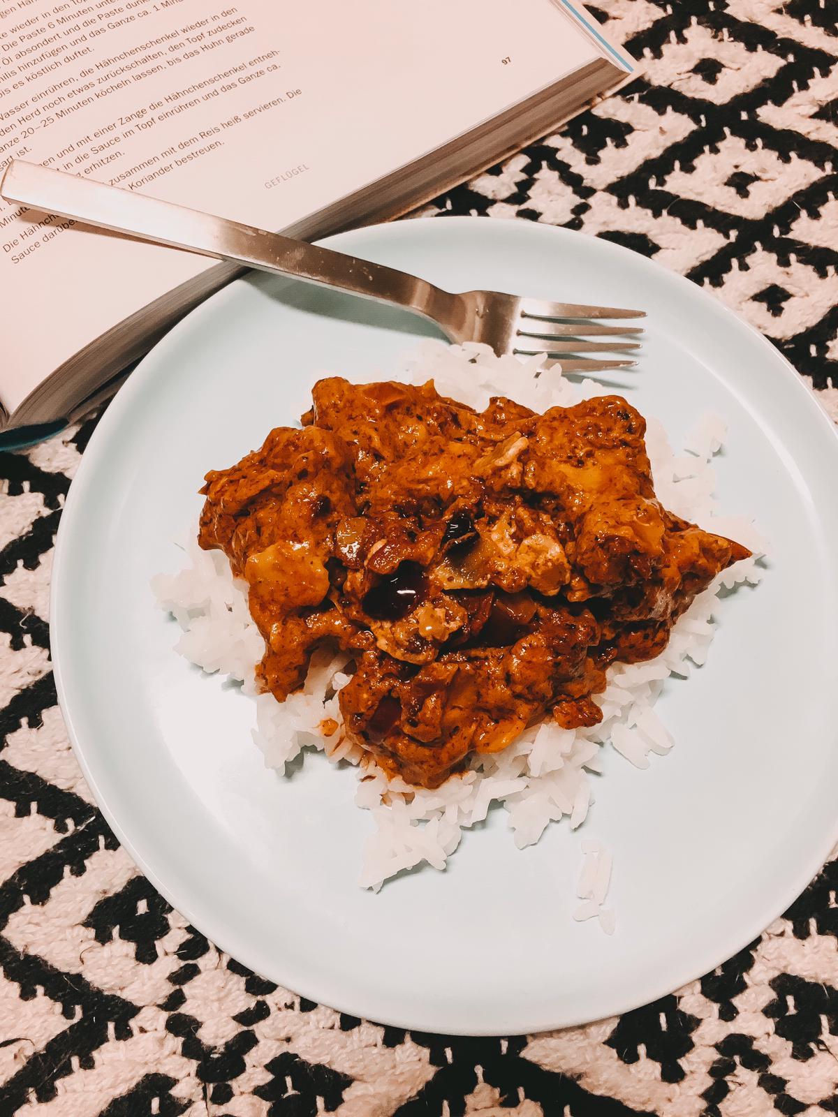"""Die Kochbuecher """"Ultimativ Tasty"""" und """"Mit dem Little Library Cookbook durch neue Jahr"""" von Kate Young machen Appetit und Lust auf kreative Kochprojekte."""
