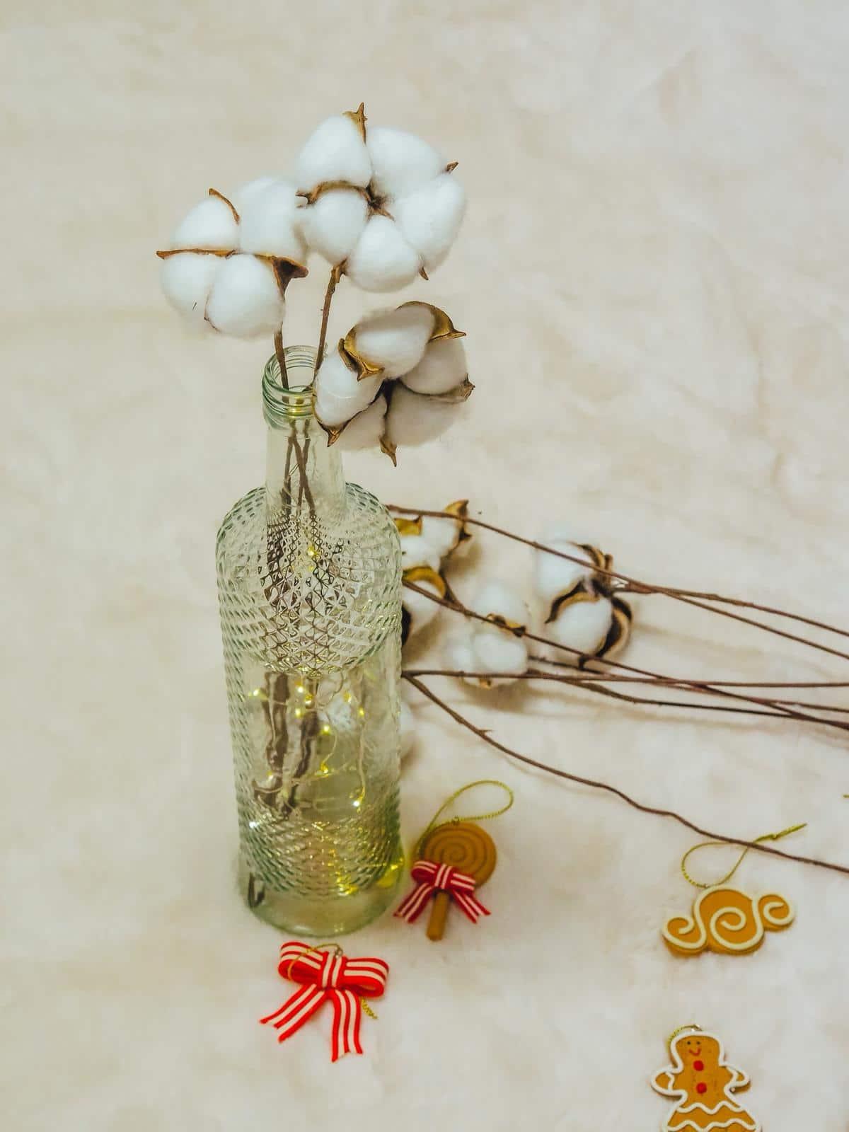 Baumwollezweige in der DIY Schneezauber Leuchtflasche.