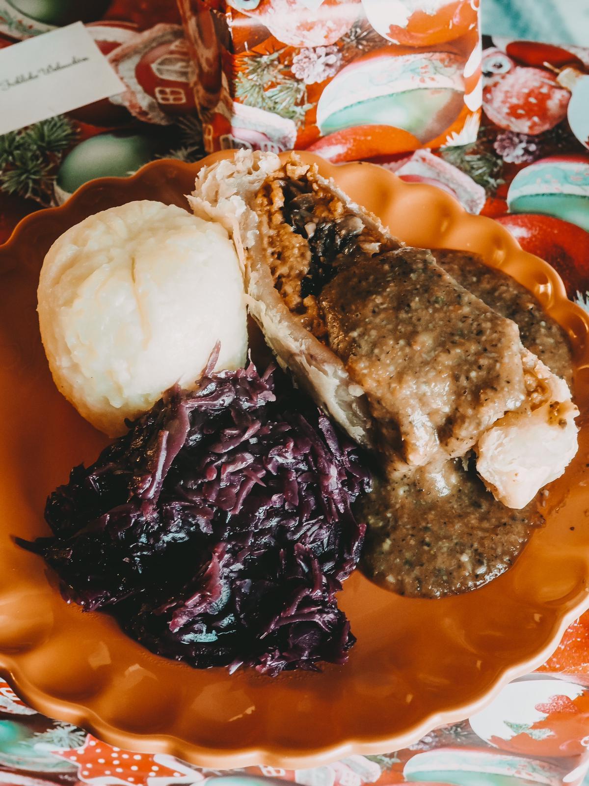 Veganer Festtagsbraten mit Pilzsauce mit Rotkraut und Klößen.