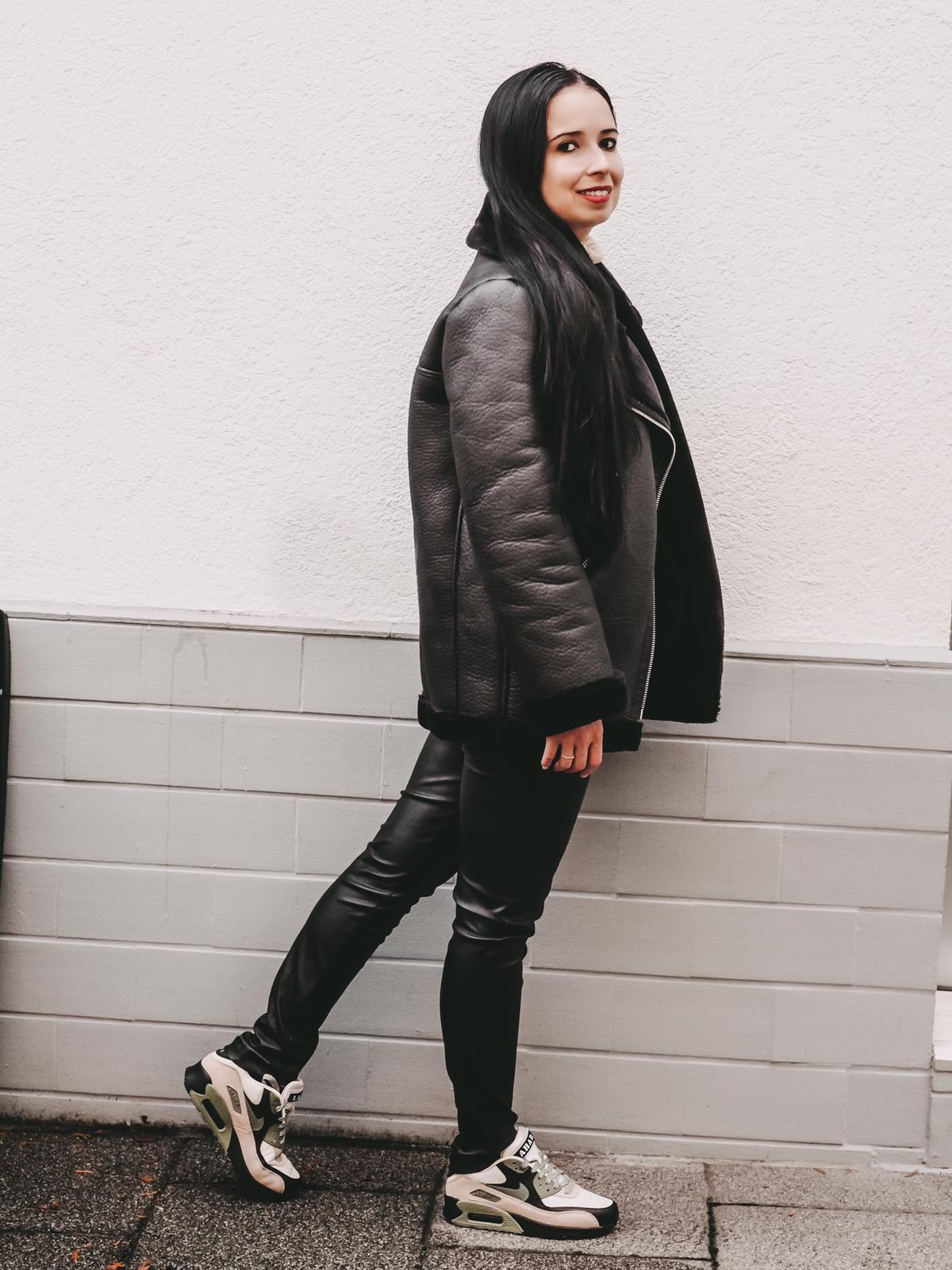All-black Outfit zu den Nike Air Max 90 NRG Lahar Escape.