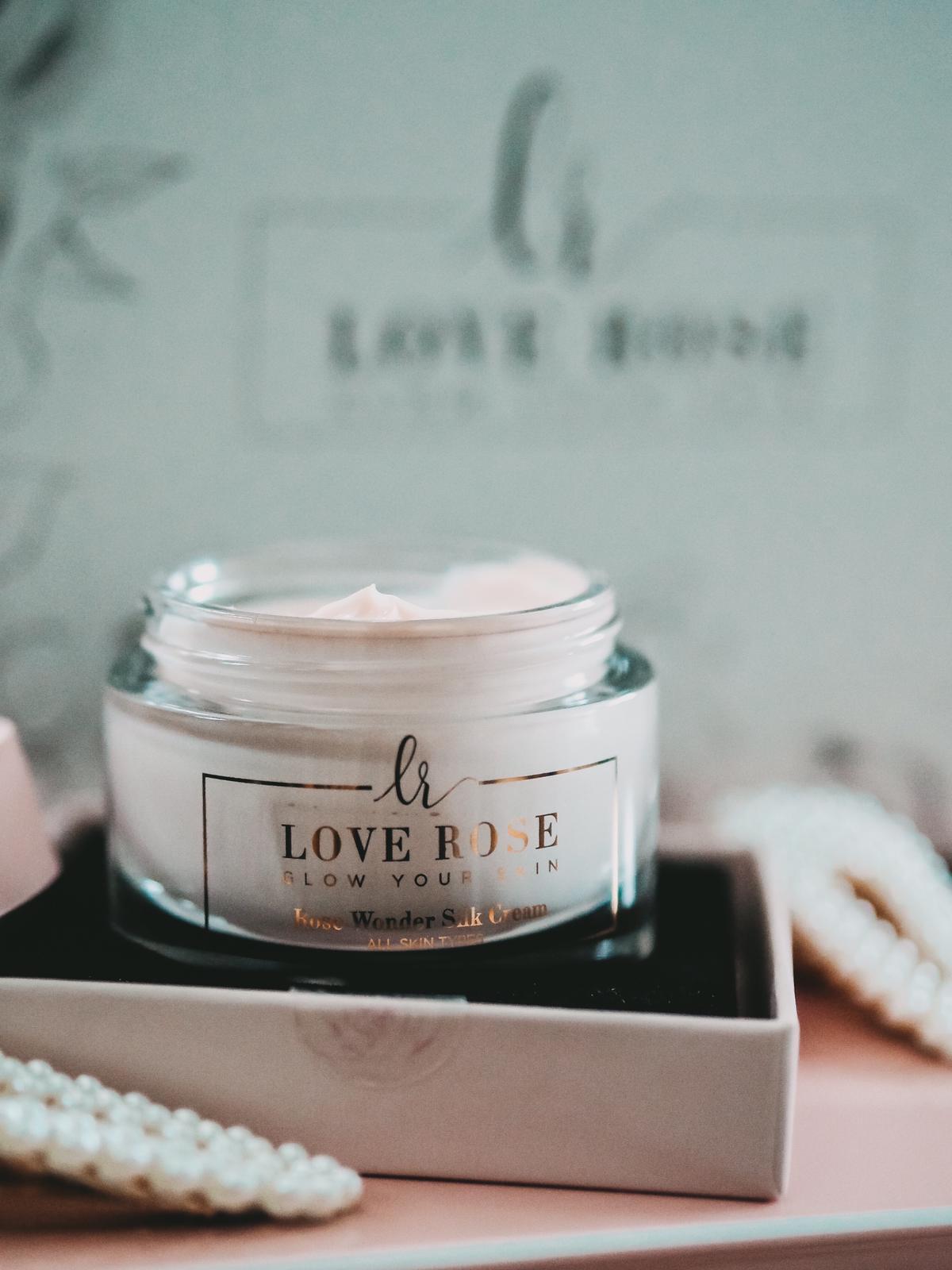 Die Rose Wonder Silk Cream von Love Rose Cosmetics bringt einen Flow auf die Haut.