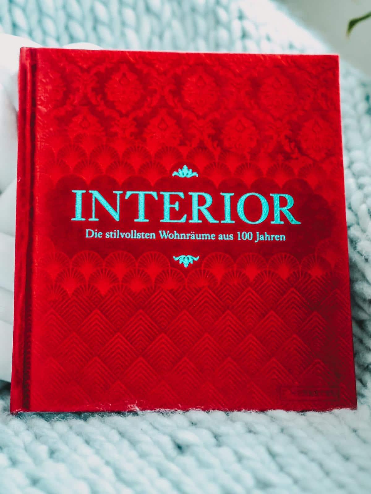Das Buch Interor ist mit Samt unterlegt