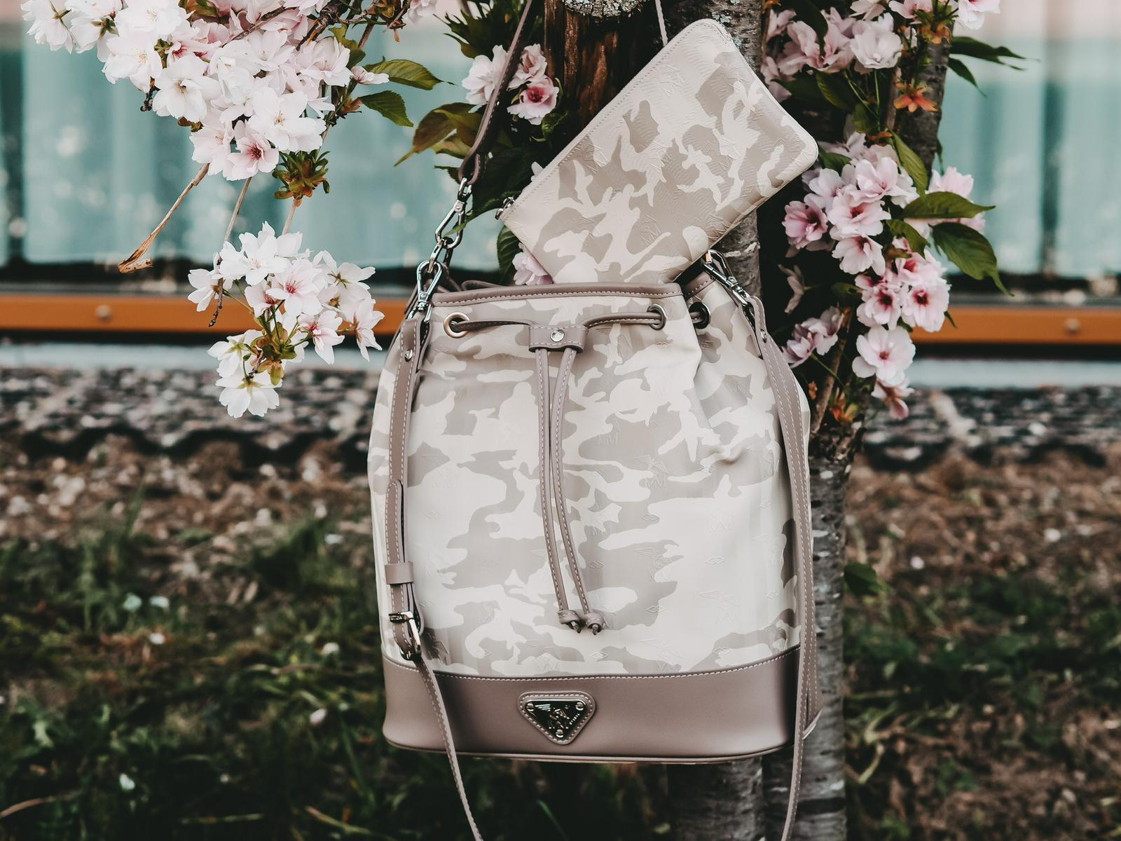 Niesen Bucket Bag und einer praktischen Pochette aus der Vinerus Canvas Camouflage Kollektion