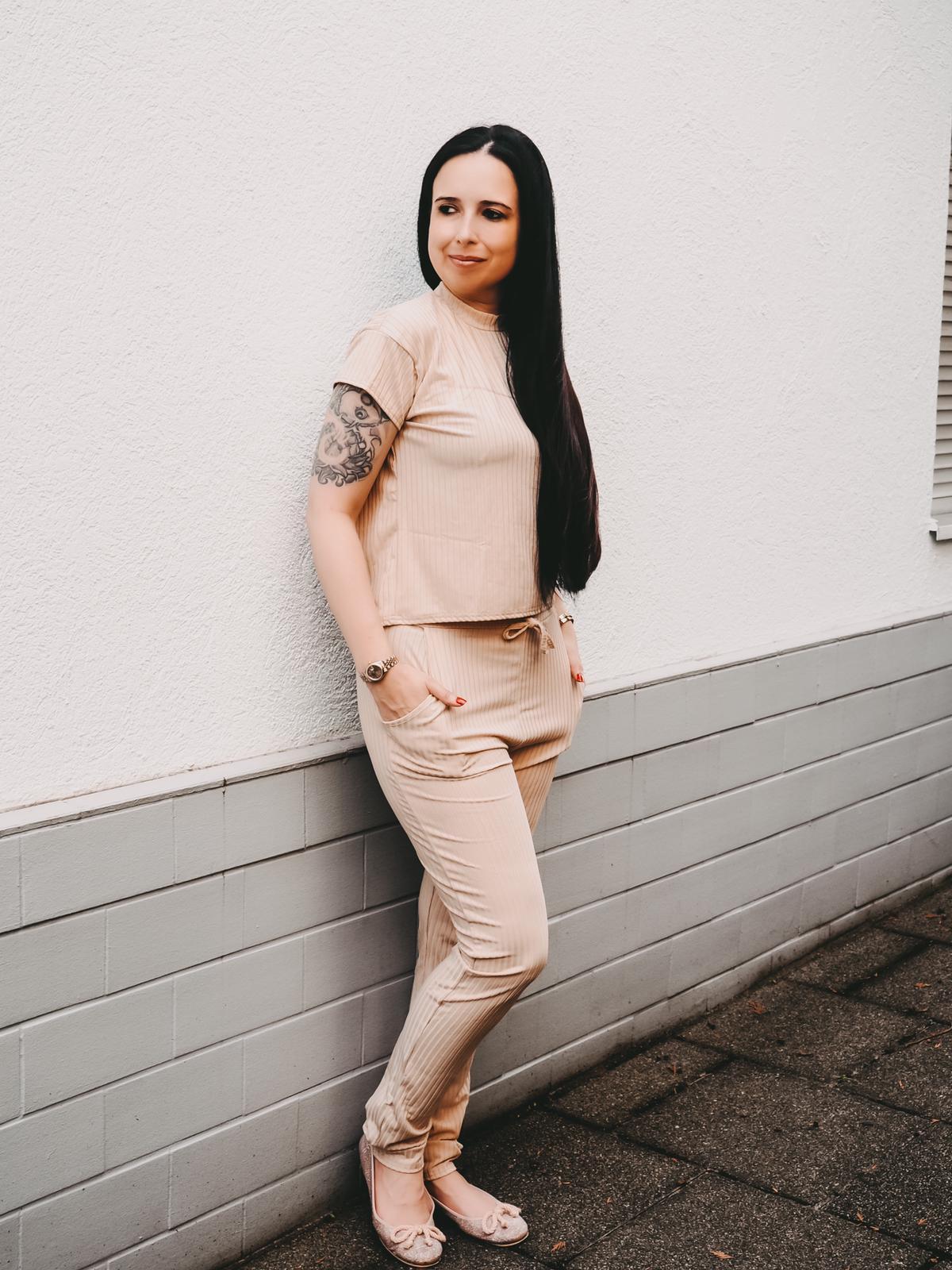 Jogger von Femmeluxefinery in der Farbe beige