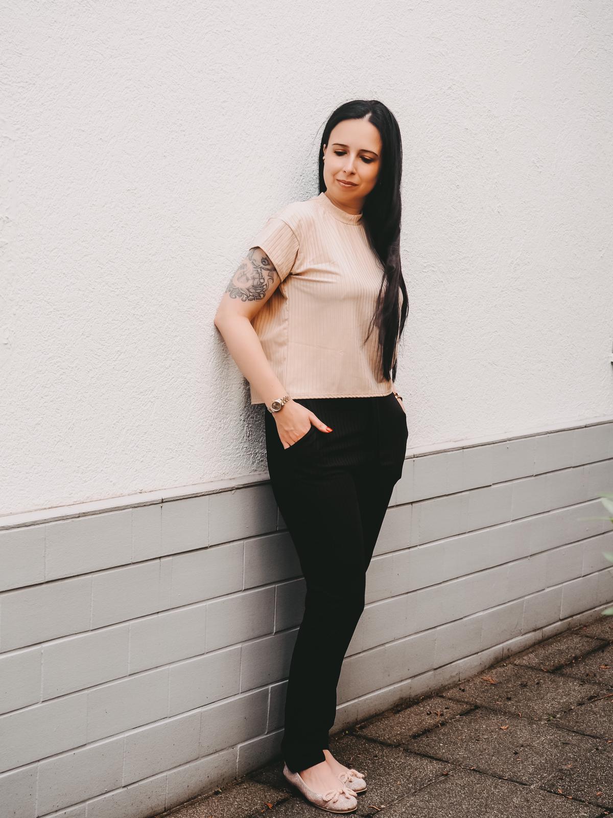 Jogger von Femmeluxefinery in beige und schwarz