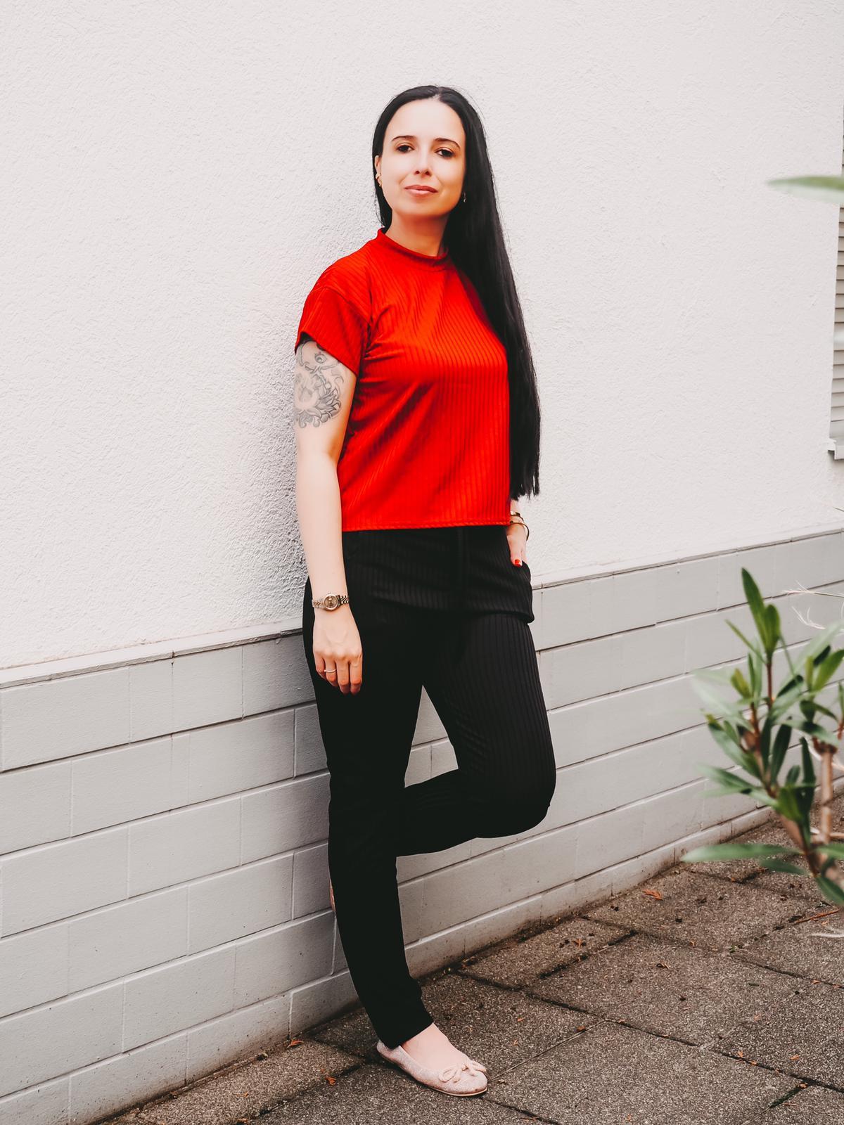Jogger von Femmeluxefinery in rot und schwarz