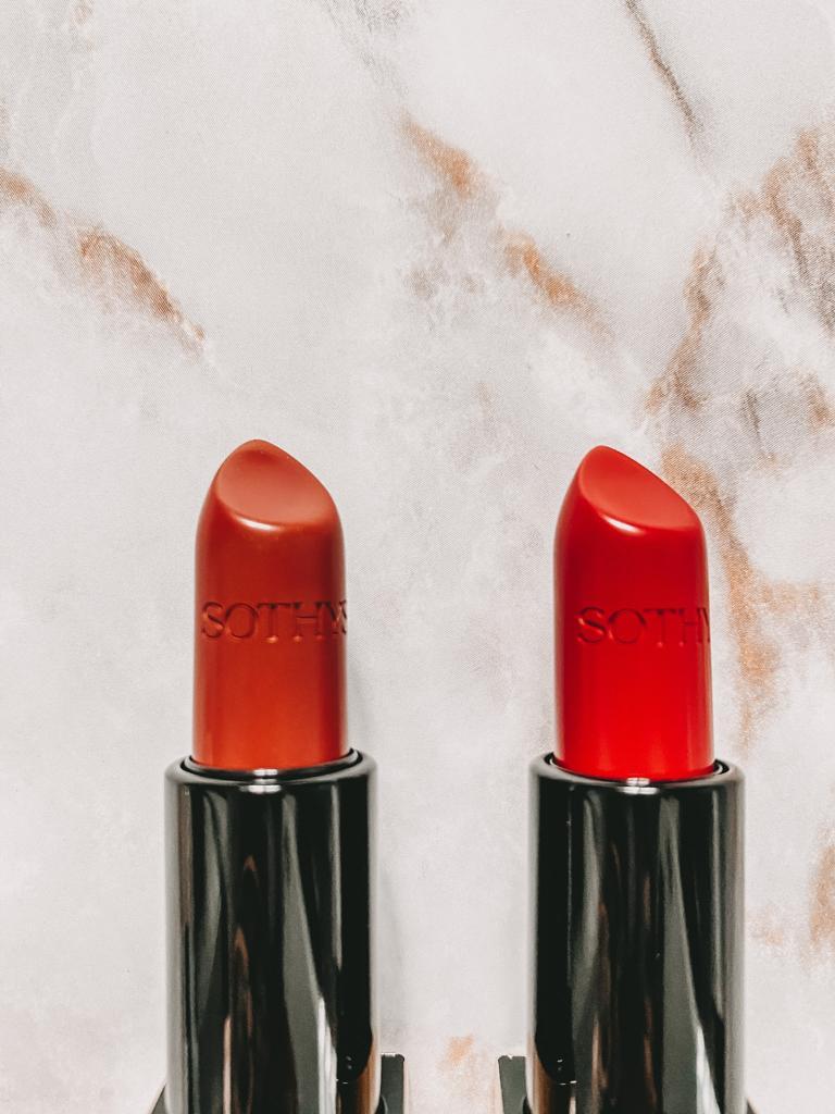 Lippenstifte in Orangenrot oder zartes Palisanderbraun